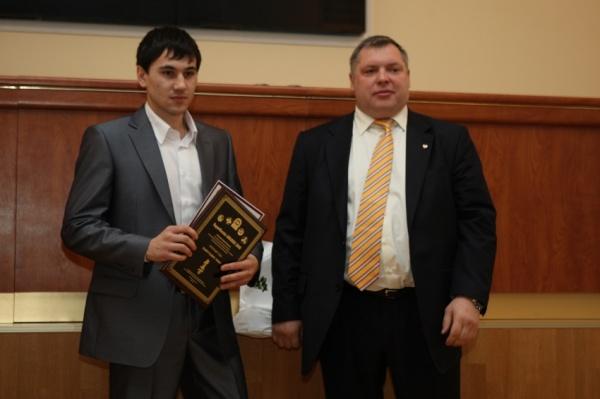 Шамсутдинов Роман победитель номинации Прорыв года получил награду из рук Михаила Викторовича Слипенчука