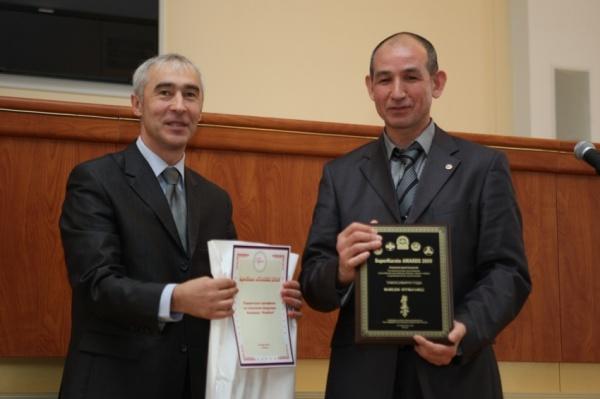 Шихан Анатолий Витальевич Фесенко получает приз за победителя номинации Тамэсивари года Нурмагамеда Мамедова