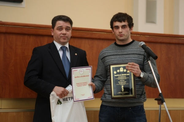 Годерзи Капанадзе получает приз в номинации Бой года