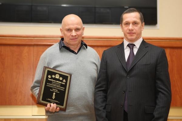 Игорь Филиппович Петрухин получает награду Суперкаратэ из рук министра Юрия Петровича Трутнева