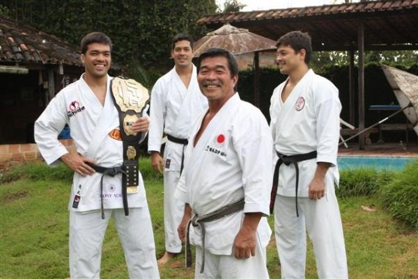 Лиото Мачида с отцом и братьями