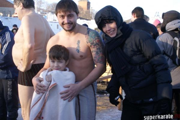 Дмитрий Кутека приобщает своего сына Вадима к купанию в проруби