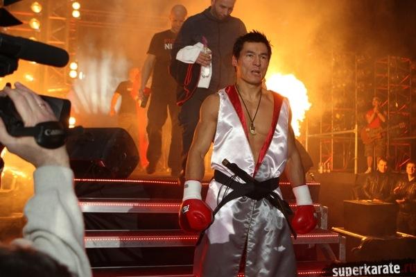 Бату Хасиков вышел на бой с Альбертом Краусом с повязанным черным поясом по киокушину