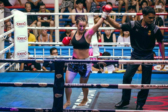 Ди Умарова по киокушиновски нокаутировала соперницу в бою по тайскому боксу